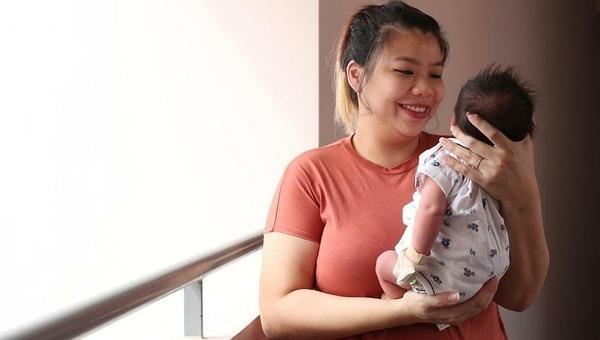 Celine Ng-Chan và con trai.Ảnh: StraitsTimes