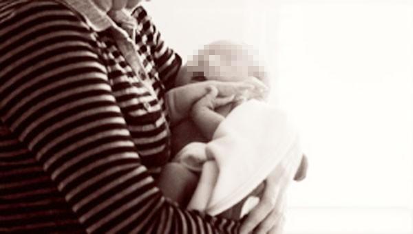 Bà ngoại cứa cổ cháu 8 tháng tuổi