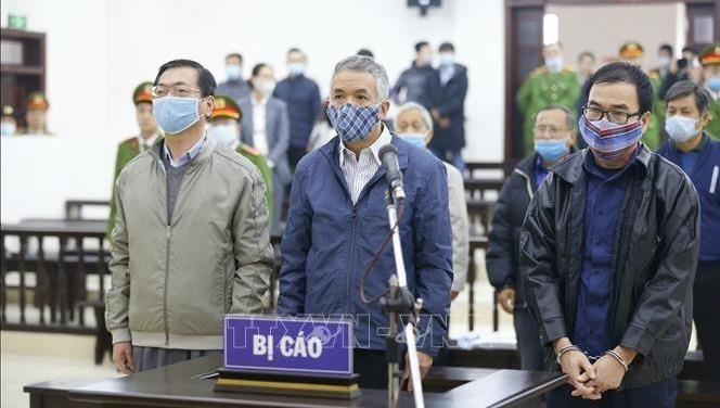 Bị cáo Vũ Huy Hoàng và các bị cáo tại phiên tòa ngày 7/1/2021. Ảnh: Doãn Tấn/TTXVN