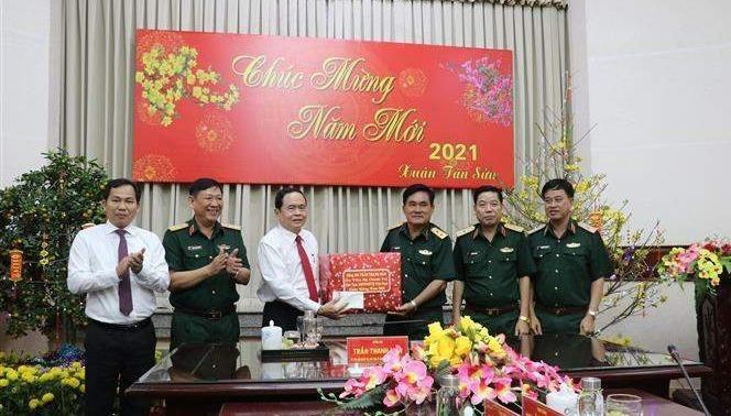 Chủ tịch Ủy ban Trung ương MTTQ Việt Nam Trần Thanh Mẫn tặng quà tết cho Bộ Tư lệnh Quân khu 9. Ảnh: Báo Tin tức