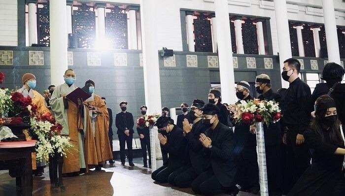 Các con của NSND Hoàng Dũng quỳ trước linh cữu của cha.