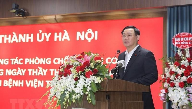 Bí thư Thành ủy Hà Nội Vương Đình Huệ thăm và chúc mừng y bác sỹ Bệnh viện Thanh Nhàn