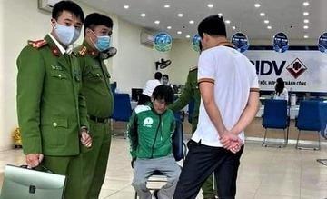 Khống chế người mặc áo Grab cướp ngân hàng tại Hà Nội