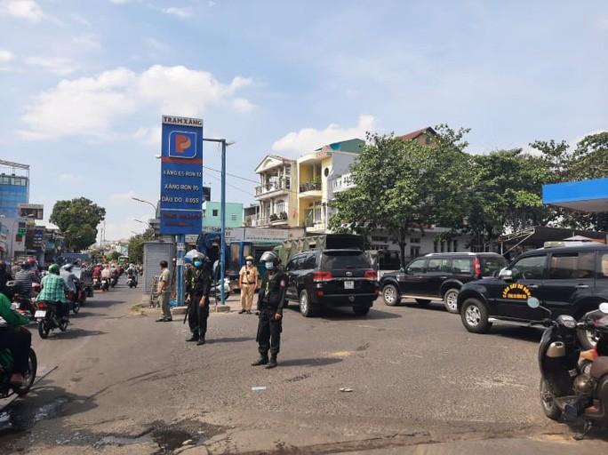 TP HCM: Công an phong toả một cửa hàng xăng dầu ở quận Gò Vấp - Ảnh 2.