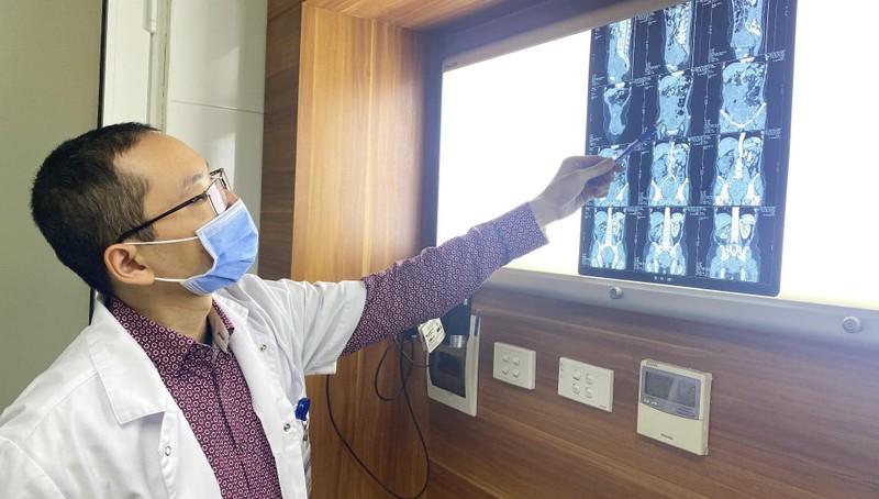 Bs Phúc kiểm tra tình trạng bệnh nhân qua phim.