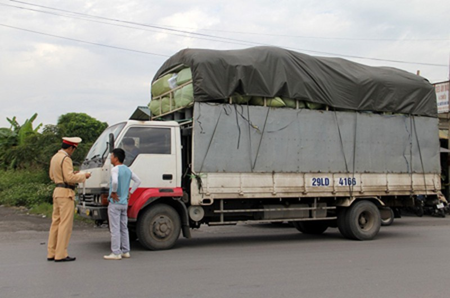 """""""Chống lưng"""" xe quá tải"""
