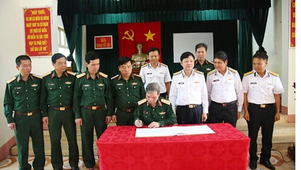 Lãnh đạo Tổng cục Chính trị thăm, tặng quà quân dân huyện đảo Trường Sa