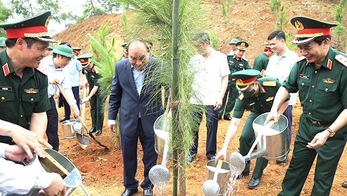 Chủ tịch nước Nguyễn Xuân Phúc trồng cây tại Khu di tích K9.