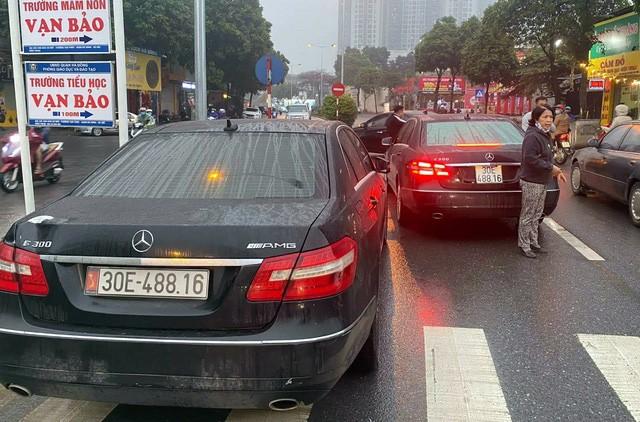 2 xe Mercedes cùng biển số: Khởi tố bị can
