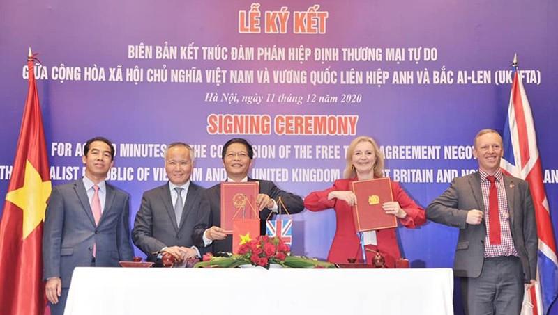 Trưởng ban Kinh tế T.Ư Trần Tuấn Anh (khi còn là Bộ trưởng Bộ Công thương) cùng Bộ trưởng Thương mại quốc tế Anh Lizz Truss trong lễ ký biên bản kết thúc đàm phán Hiệp định thương mại tự do giữa Việt Nam và Vương quốc Anh.