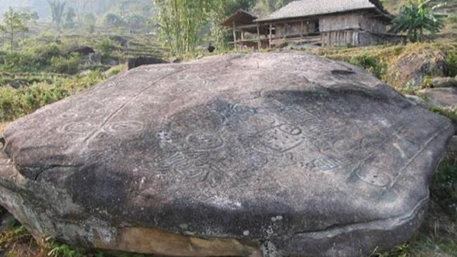 Hình khắc trên bãi đá Nấm Dẩn có từ 2000 năm trước...