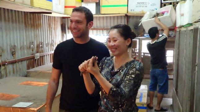 Chị Xuân giới thiệu sản phẩm với khách nước ngoài