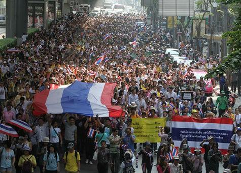 Thủ tướng Thái Lan tuyên bố giải tán Quốc hội, biểu tình vẫn tiếp diễn