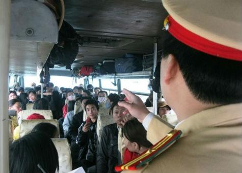 Lực lượng CSGT kiểm tra số lượng khách trên xe khách
