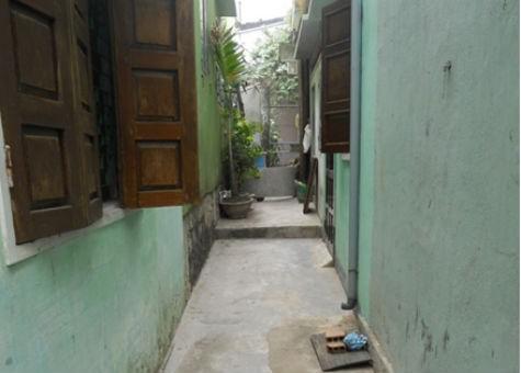 Theo kết luận của UBND TP.Quy Nhơn, đường luồng giữa nhà bà Kế với nhà ông Triêm là đường đi chung. Trong ảnh: Đường đi chung giữa nhà bà Kế và nhà ông Triêm