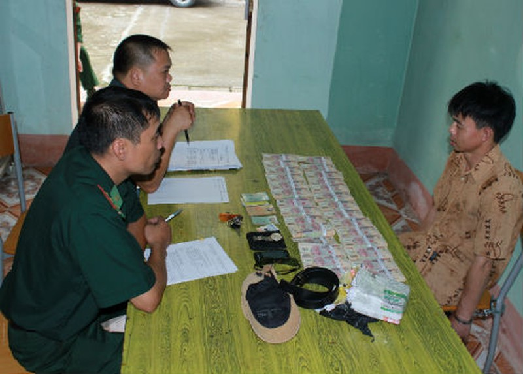 Đối tượng vận chuyển tiền giả bị bắt tại Đồn biên phòng cửa khẩu Tân Thanh