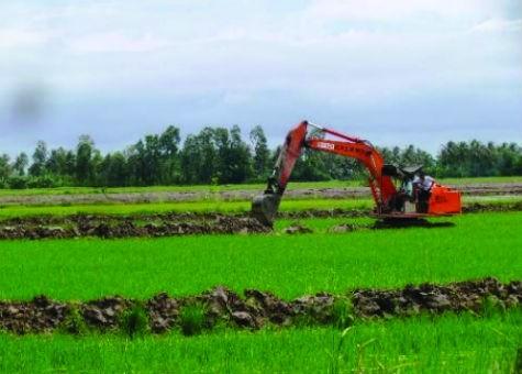 Một số hộ dân ở ấp 1, 2 và 4 xã Tân Lộc Bắc đã bất chấp chủ trương, đưa máy vào cuốc đất ruộng để nuôi tôm. (Ảnh chụp đầu tháng 7/2013)