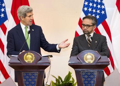 Ngoại trưởng Mỹ Kerry và Ngoại trưởng Indonesia Natalegawa tại cuộc họp báo