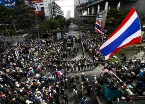 Người biểu tình tụ tập bên ngoài một tòa nhà của Công ty SC Asset