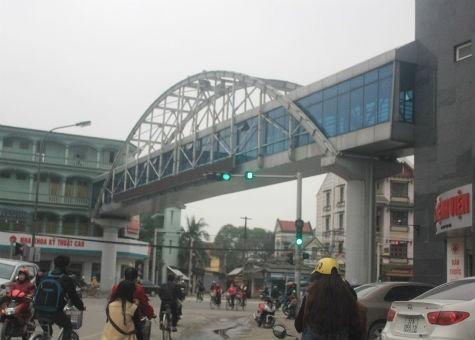 Cây cầu vượt bệnh viện mọc lên giữa thành phố nhưng không có đơn vị nào quản lý giao thông