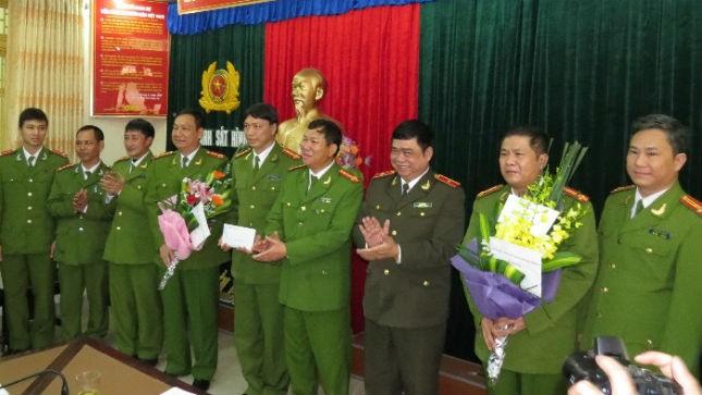Thiếu tướng Đỗ Hữu Ca – GĐ CA TP Hải Phòng trao thưởng cho lực lượng phá án