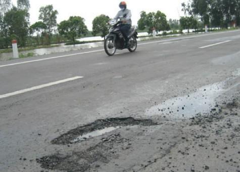 Một điểm hư hỏng trên đường nối Vị Thanh – Cần Thơ