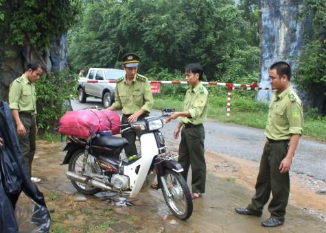 Xe cùng tang vật vụ vận chuyển trái phép thịt sơn dương của cán bộ y tế Nguyễn Văn Toàn