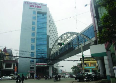 Dân muốn qua cầu phải vào bệnh viện