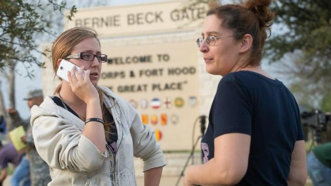 Gia đình quân nhân hay tin vụ xả súng đã tập trung trước căn cứ Fort Hood chờ tin  tức người thân. Ảnh: AP