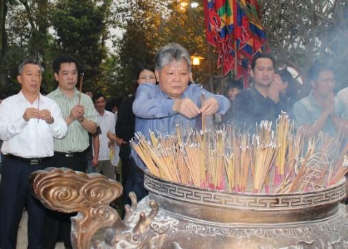 Bộ trưởng Hà Hùng Cường dâng hương tại Đền Hùng