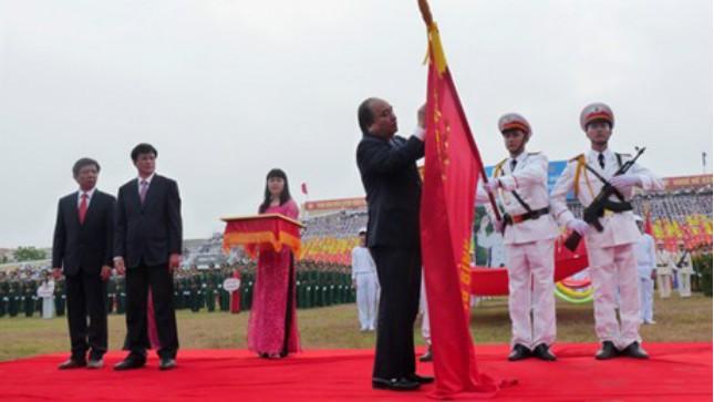 Phó Thủ tướng Nguyễn Xuân Phúc gắn Huân chương cho tỉnh Quảng Bình. Ảnh: PV