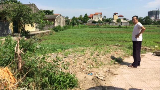 """Đang đi trên phần đất nông nghiệp này, con đường lại """"rẽ ngoặt"""" một đoạn vào khu dân cư. Ảnh: PV"""