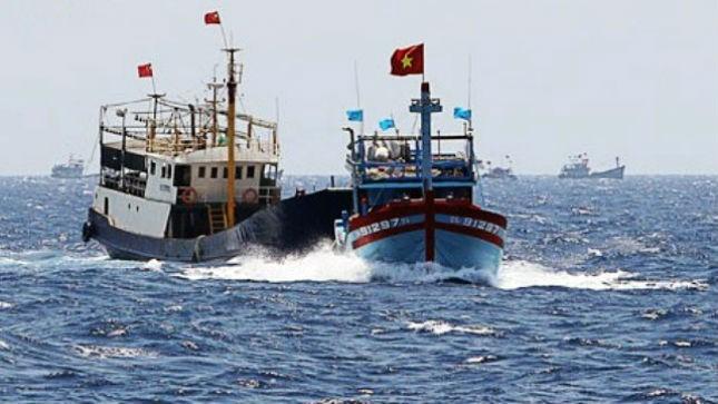 Tàu Trung Quốc đâm vào tàu của ngư dân Việt Nam