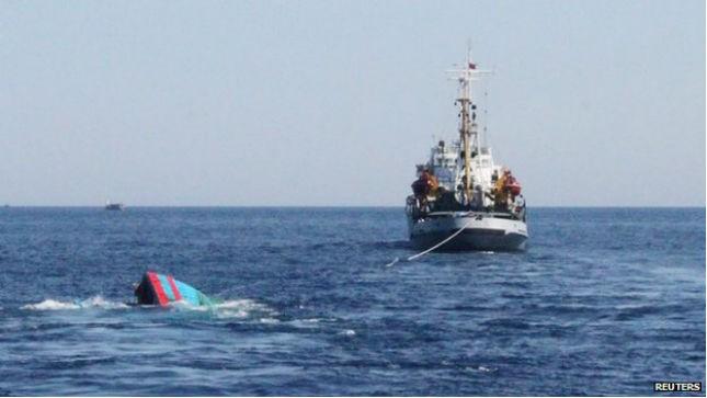 Tàu cá Việt Nam bị tàu Trung Quốc đâm chìm. Ảnh: Reuters