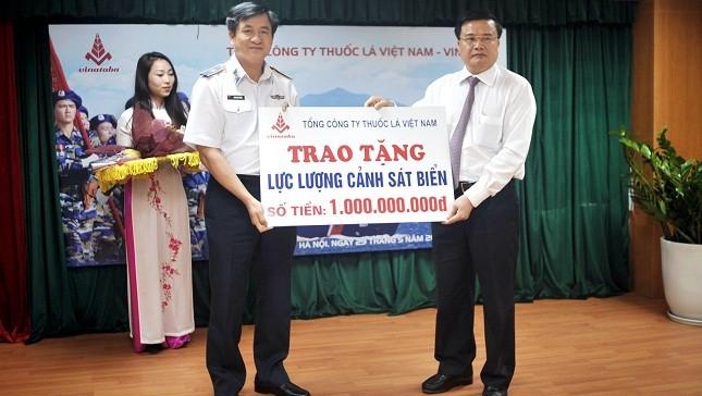 Đại diện Vinataba trao tặng 1 tỷ đồng cho lực lượng Cảnh sát biển Việt Nam