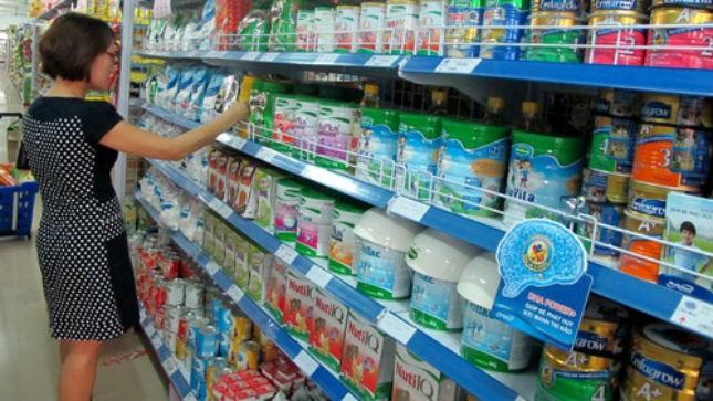 Áp trần giá sữa, mỗi gia đình tiết kiệm được vài trăm ngàn đồng tiền sữa cho trẻ em mỗi tháng. Ảnh minh họa