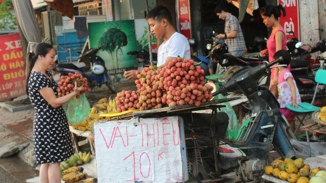 Vải thiều được mùa nhưng giá đang giảm thê thảm (ảnh chụp tại chợ Cầu Lủ Hà Nội)