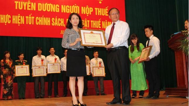 Bà Phạm Thị Phú Lợi - đại diện Báo PLVN nhận Bằng khen của Bộ Tài chính