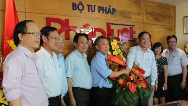 Đoàn đại biểu TP Hải Phòng chúc mừng Báo Pháp luật Việt Nam