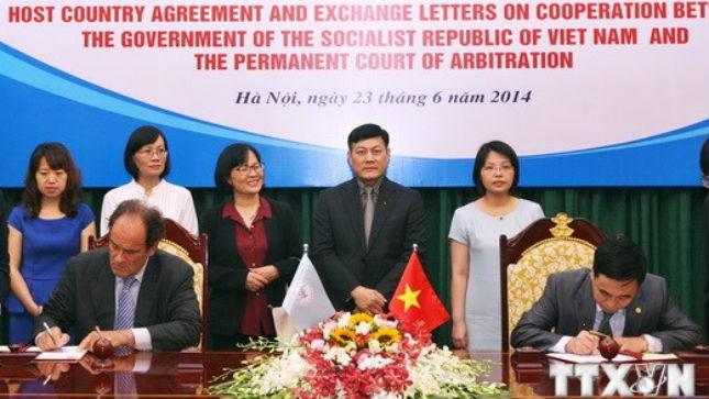 Ký Hiệp định giữa Chính phủ Việt Nam , Tòa Trọng tài thường trực (PCA) với Tổng thư ký Tòa trọng tài thường trực Hugo Hans Siblesz