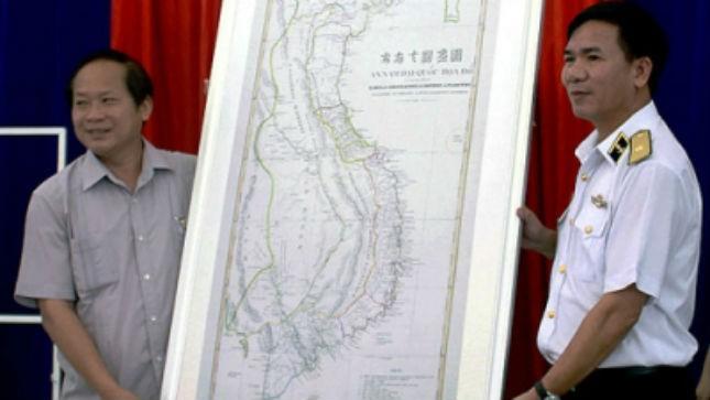 Hải Phòng trao tặng Quân chủng Hải quân nhân dân bản đồ về Hoàng Sa, Trường Sa