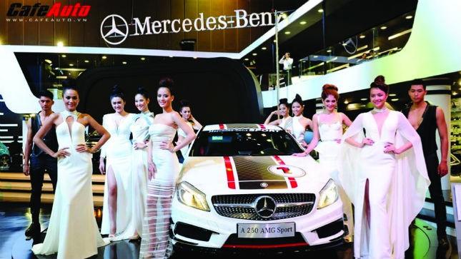 """Dàn """"chân dài"""" giới thiệu một mẫu xe sang mới của Mercedes"""