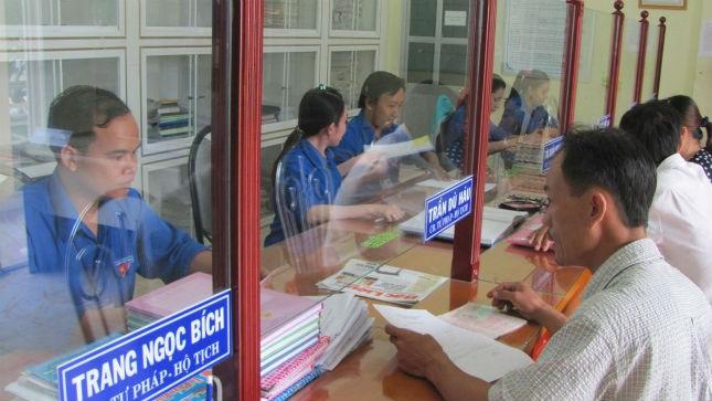 Cán bộ bộ phận một cửa ở Bạc Liêu hướng dẫn người dân làm thủ tục hành chính