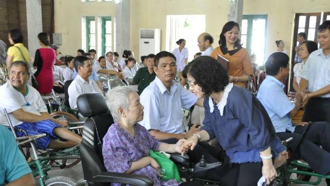 Đoàn cán bộ Bộ Tư pháp thăm hỏi và tặng quà các đồng chí thương, bệnh binh