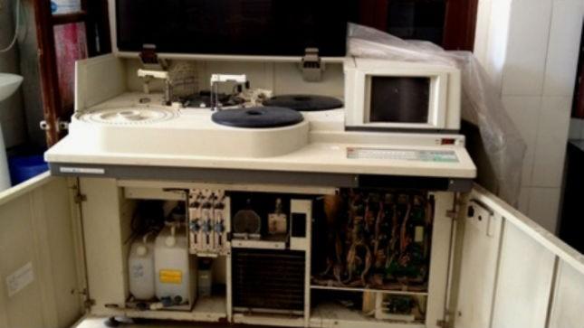 Chiếc máy xét nghiệm sinh hóa Hitachi 717 của Bệnh viện Đa khoa Thường Tín vừa bị Sở Y tế tịch thu