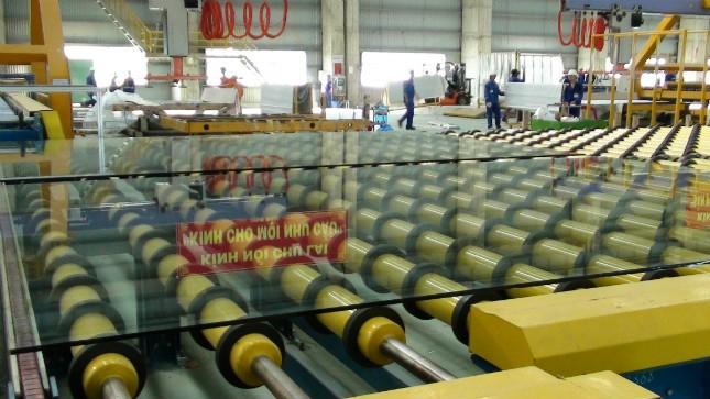 Dây chuyền sản xuất tại Nhà máy Kính nổi Chu Lai