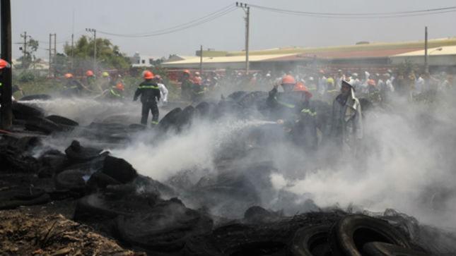 """Nhiều người dân Đà Nẵng còn """"hú vía"""" khi nhớ lại đám cháy kinh hoàng tháng 3/2014 tại bãi chứa lốp ô tô cũ ở quận Liên Chiểu, khói đen bao trùm gây nghẹt thở cả một vùng"""