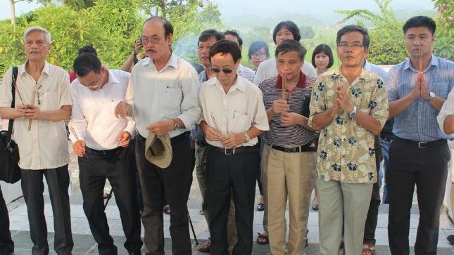 Các nhạc sĩ của đoàn Bộ Tư pháp đang dâng hương tưởng niệm tại Di tích lịch sử của Bộ tại xã Minh Thanh-Sơn Dương-Tuyên Quang