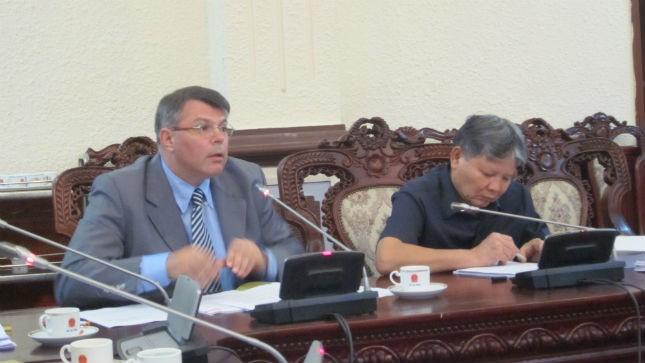 Bộ trưởng Hà Hùng Cường lắng nghe ý kiến đóng góp của chuyên gia nước ngoài về Dự án Luật Ban hành văn bản quy phạm pháp luật