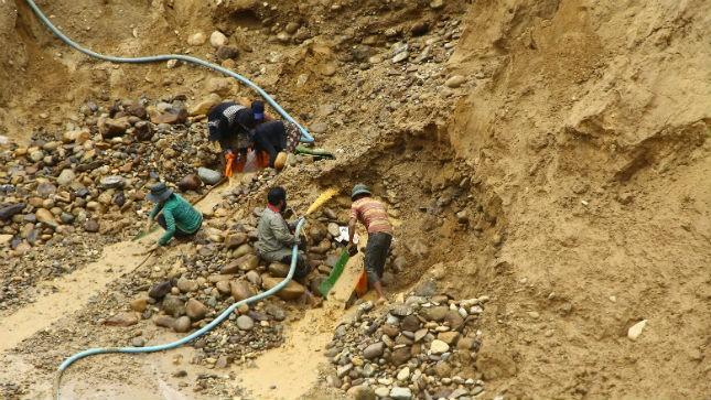 Người dân địa phương đi đào vàng thuê cho các đối tượng khai thác vàng trái phép